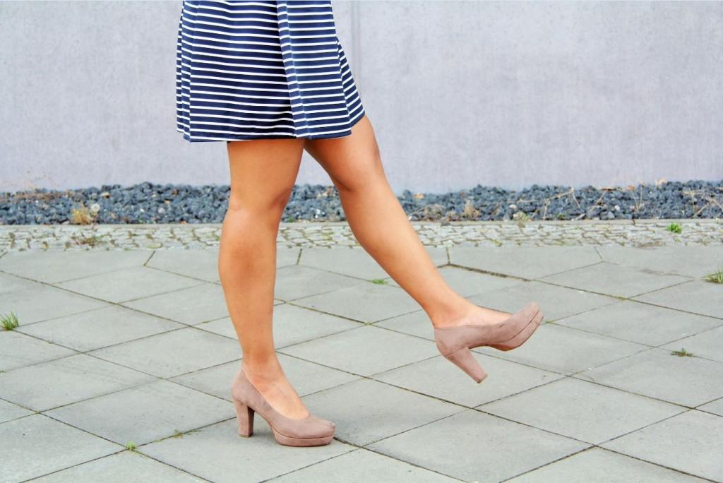 bas robe marinière et chaussures beige à talon